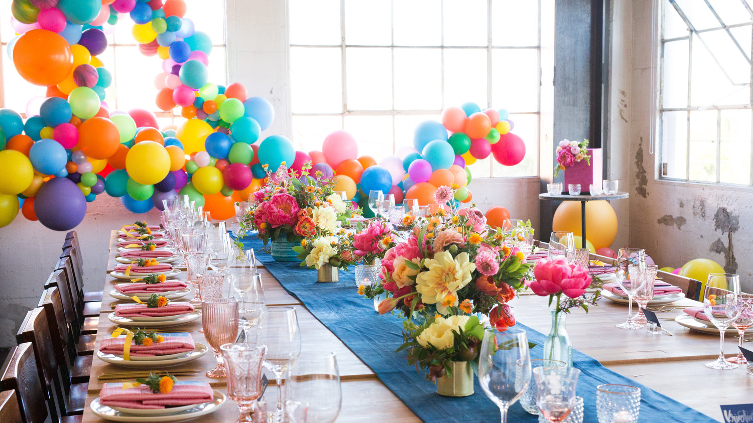 colorful-table-settings-balloons