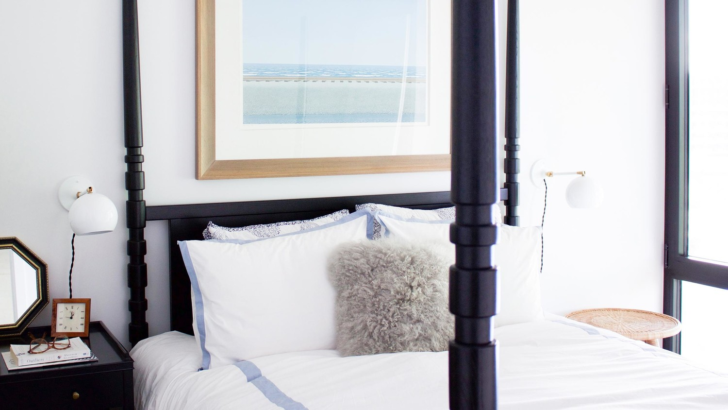 Bedroom decorating ideas for a modern bachelorette for Bachelorette bedroom ideas