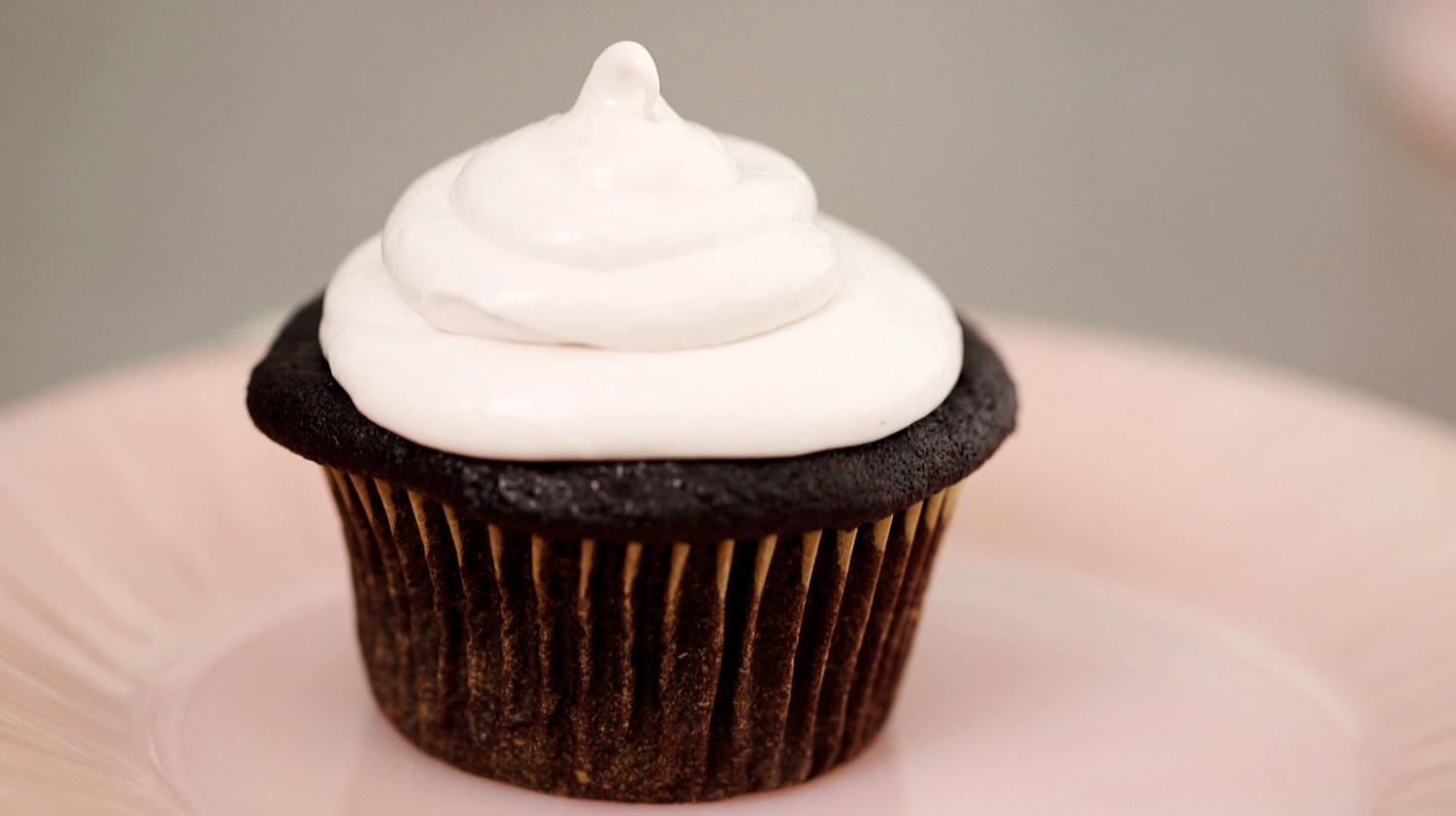 Video Oreo Cookie Cupcake With A Raspberry Fluff Frosting