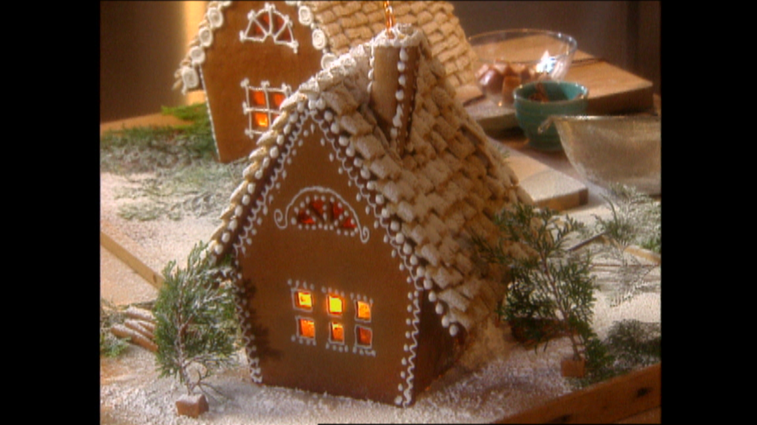 Video Martha Stewart Builds A Classic Gingerbread Cottage
