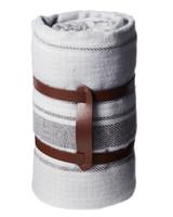 皮柄卷起的灰色毯子