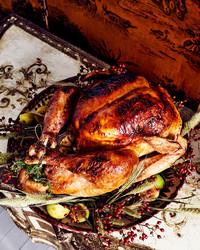 火鸡配以小麦和浆果装饰