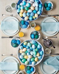 This Brilliant Trick to Decorating Easter Eggs Turns Mess into Magic