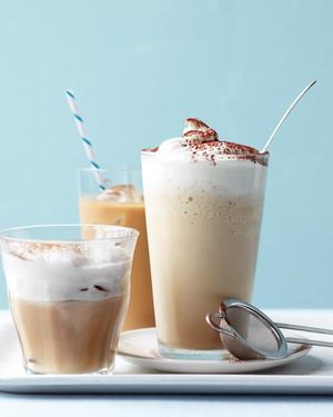 清凉的嗡嗡声:夏季喝的冰咖啡和茶