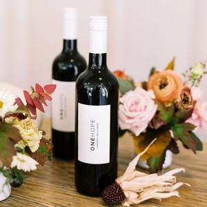 朋友们开着Flor秋季装饰和两瓶葡萄酒