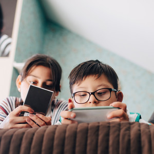 kids on their smart phones