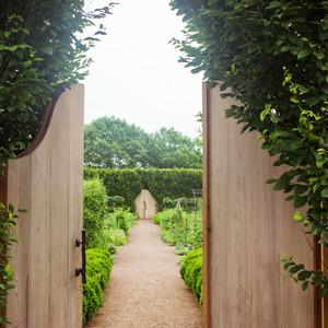 Daisy Helman's Hidden Garden Might Just Be One of The Prettiest We've Seen