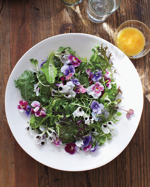 green-salad-with-edible-flowers-ma130124.jpg