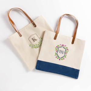 印字母组合的手提袋