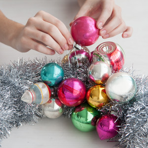 start pinning - Christmas Ball Wreath