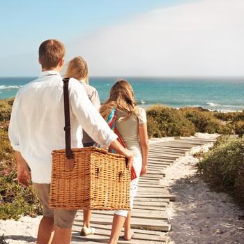 家庭走到海滩野餐