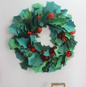 paper christmas wreath as party photo backdrop