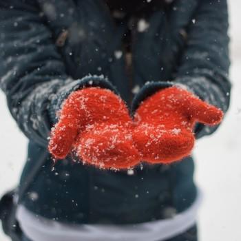 在手套的人捕捉雪花