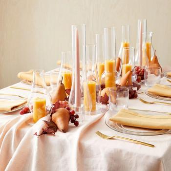 用玻璃灯、烟囱和水果装饰的桌子