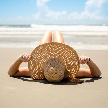 躺在沙滩上的女人