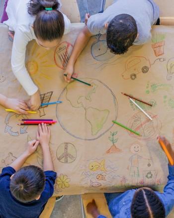 孩子们给地球着色