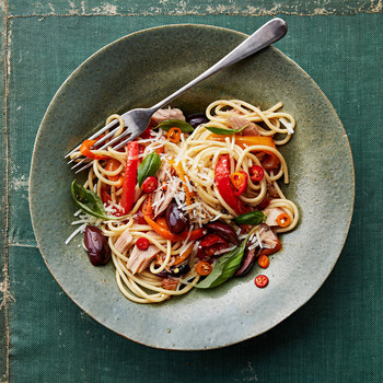 spaghetti peperonata with tuna and olives