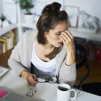 强调在桌子上工作的女人