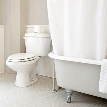 白色浴室内有爪脚浴缸