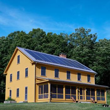 黄色的农舍和门廊的筛选