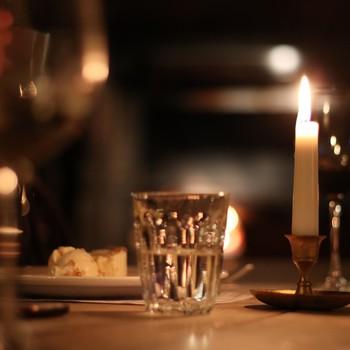 table setting under dim lighting