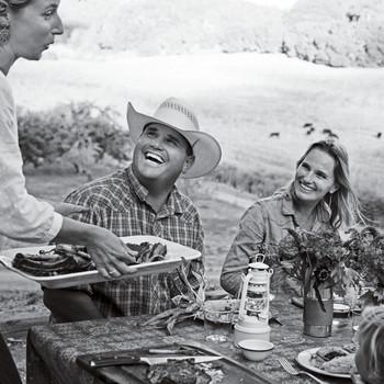 朋友吃饭的牧场生活的黑色和白色的餐桌