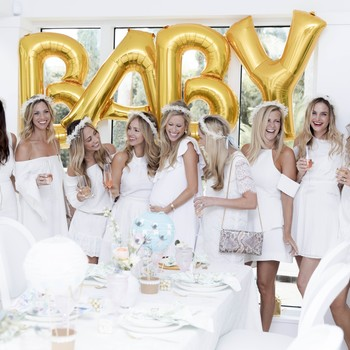 baby-shower-guests-with-balloons