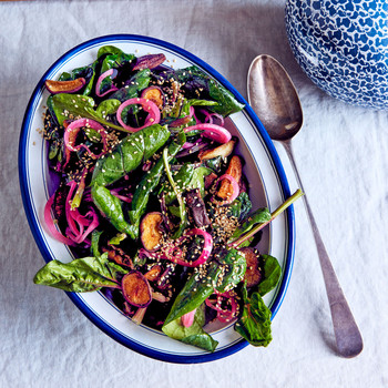 warm spinach salad with shiitake mushrooms and red onion
