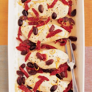橄榄和晒干的西红柿鸡