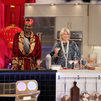 martha and snoop drinking cocktails