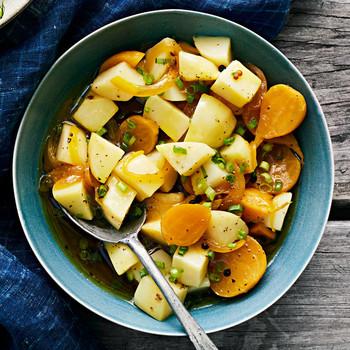 土豆和腌甜菜沙拉