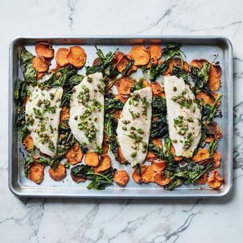 烤盘上的鱼和蔬菜