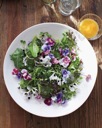 green-salad-with-edible-flowers-ma130124.jpg
