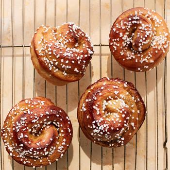 橙色豆蔻早晨面包在冷却架子上面撒砂糖