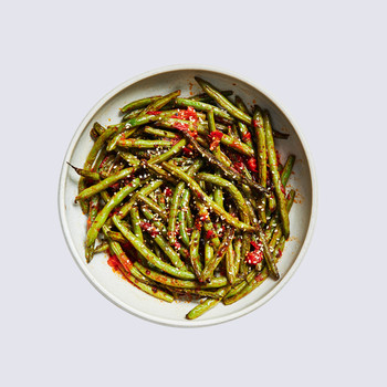 harissa-roasted green beans topped with sesame seeds