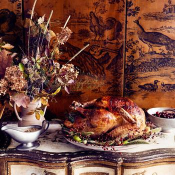 古董自助餐桌上的火鸡和肉汁