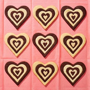 sweetie-dark-and-white-chocolate-shortbread-hearts-102835194.jpg