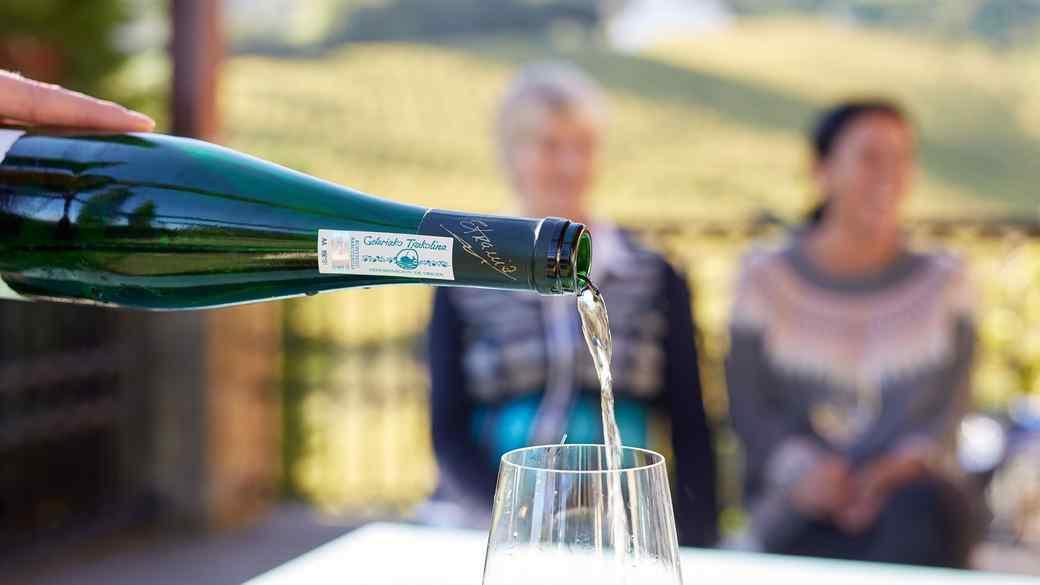 Pouring txakolina wine
