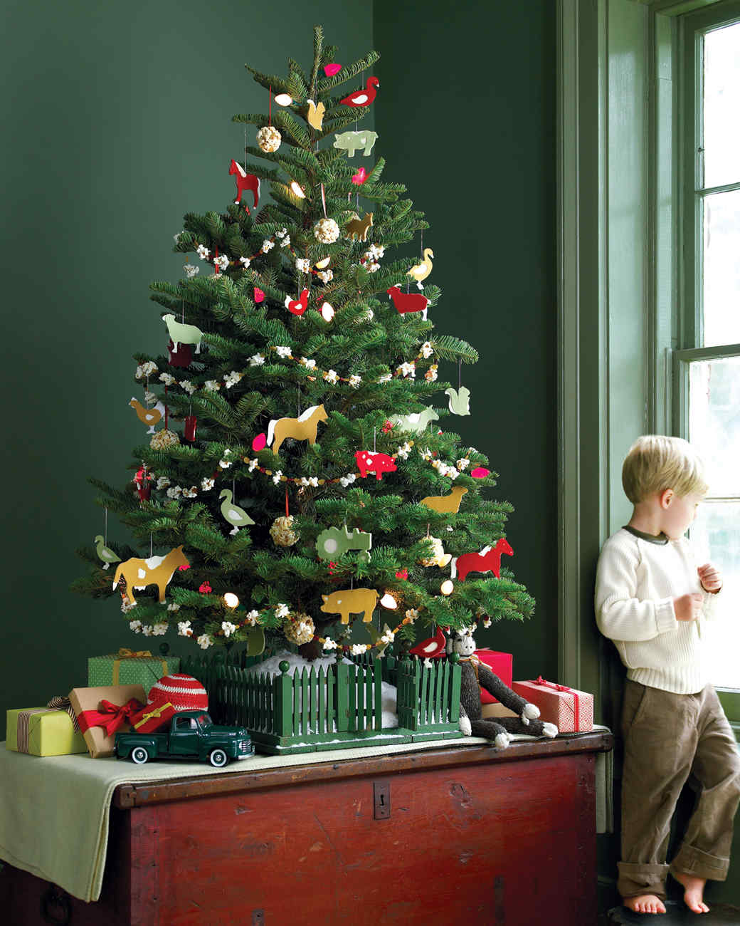 28 creative christmas tree decorating ideas martha stewart - Christmas Tree And Decorations