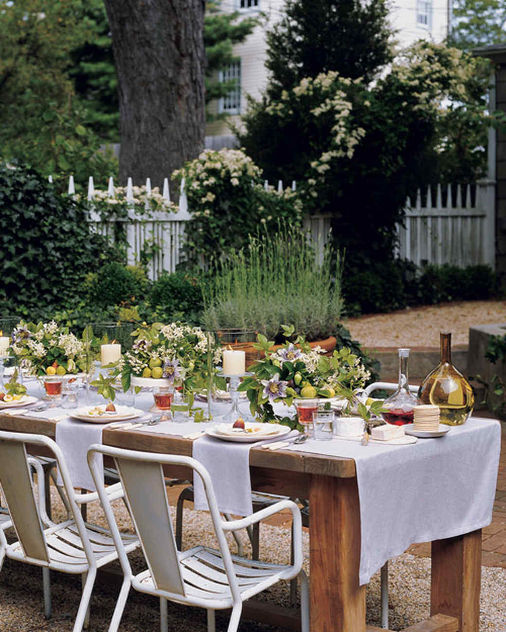 Figs and vines centerpiece martha stewart for Outdoor dinner party decorating ideas