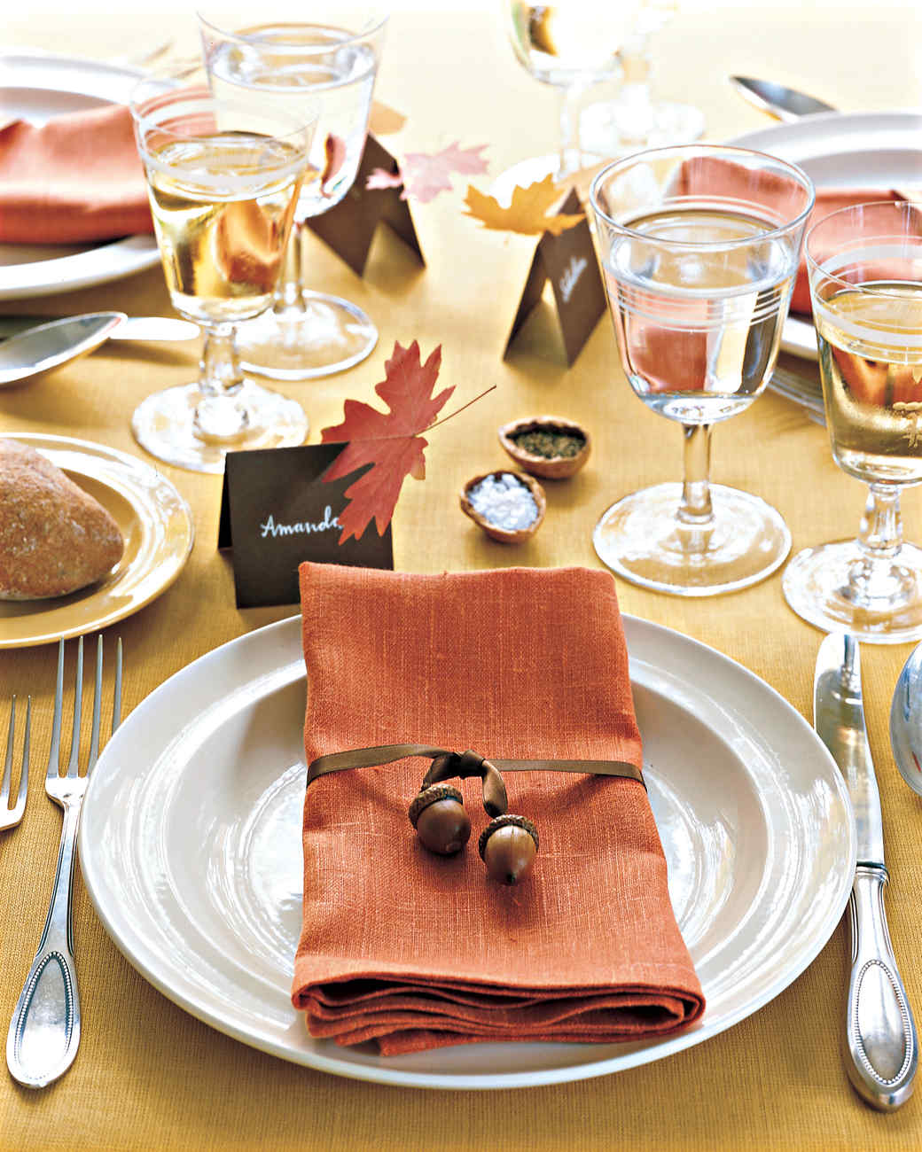Acorns are the perfect frugal decor for Thanksgiving and all of my fall tablescapes! I love these fall acorn DIYs!