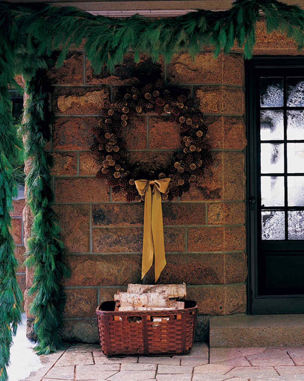 ml812t06_1298_porch_wreath.jpg