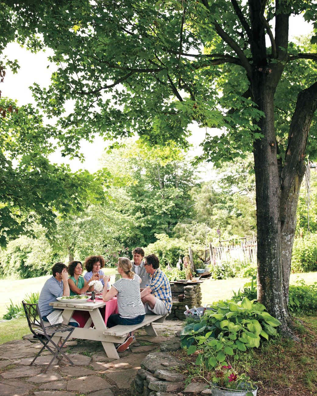 garden-party-dinner-md107635.jpg