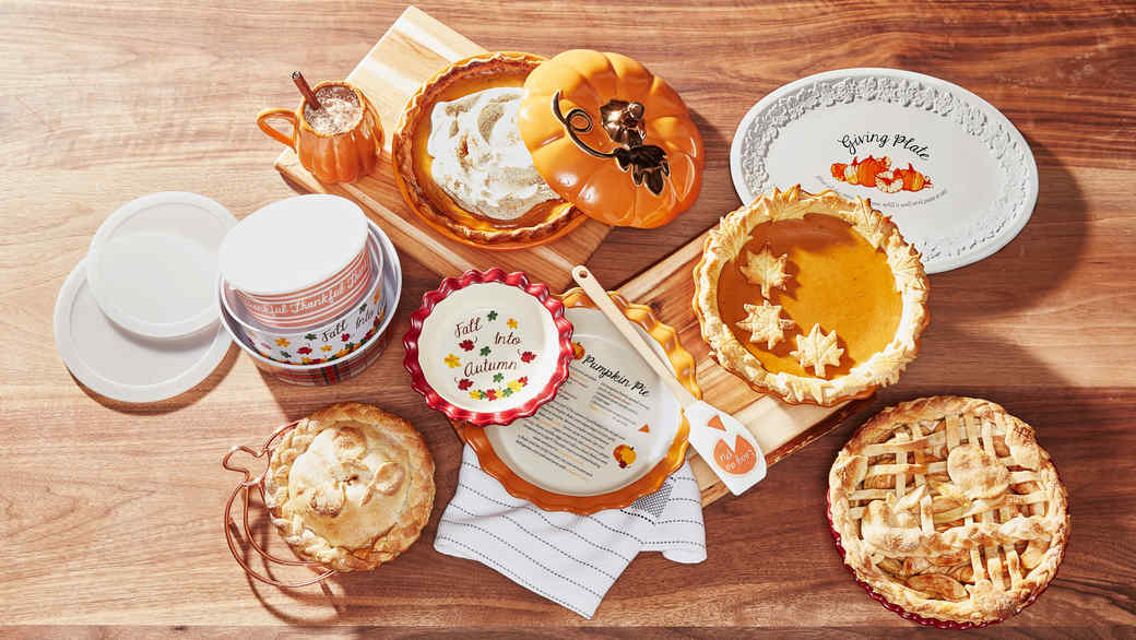 thanksgiving pies table setting