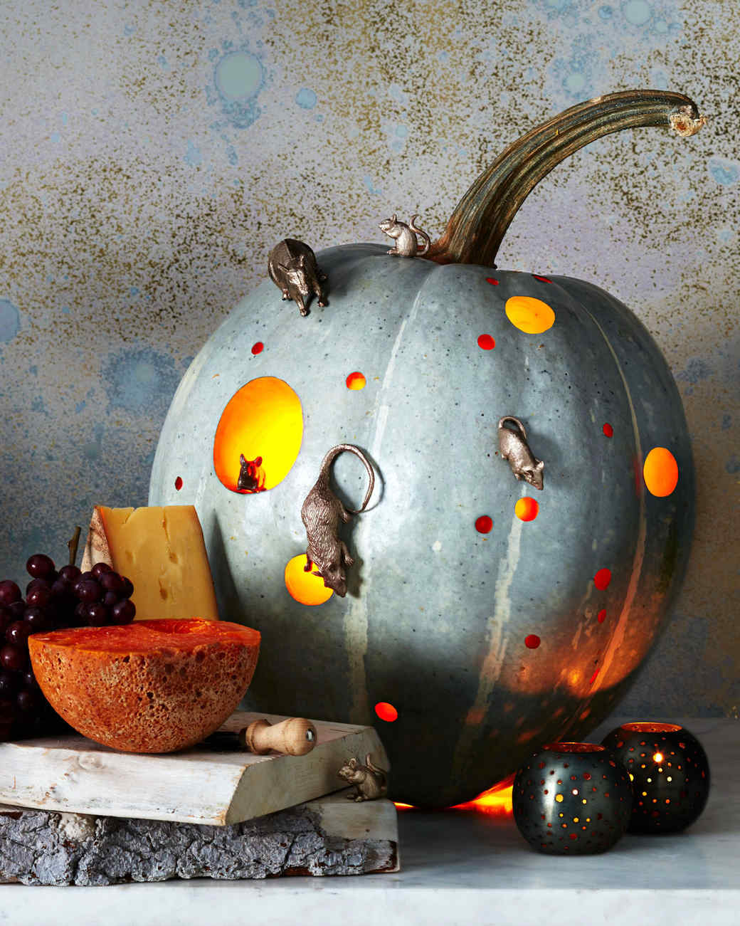 here's how to make a halloween pumpkin look like it's infested with mice
