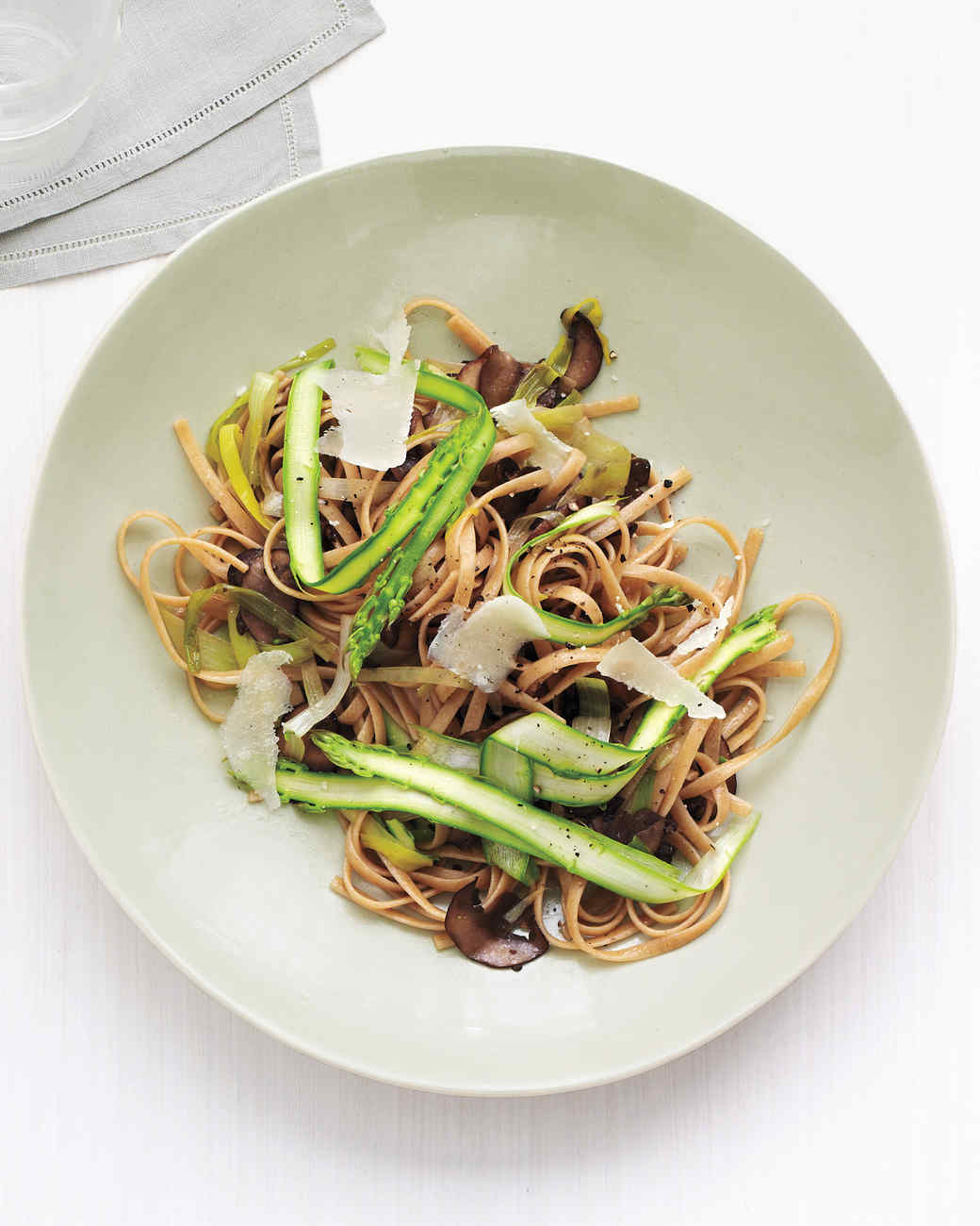 Whole-Wheat Linguine with Mushrooms and Asparagus
