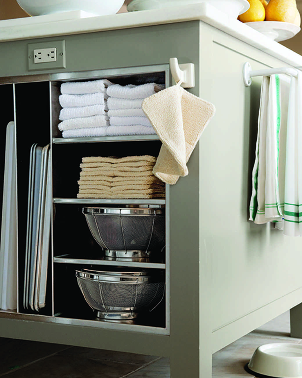 md106031_0910_island_shelving_detail_towel.jpg