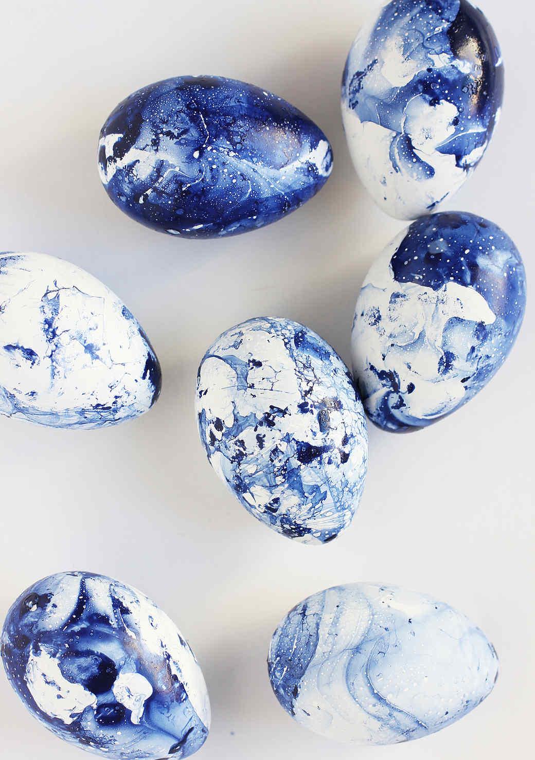diy-marbled-indigo-easter-eggs-alice-and-lois-2-copy.jpg (skyword:211785)