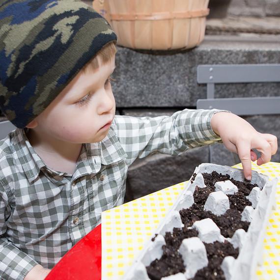 kids-growing-seeds-0316.jpg (skyword:243062)
