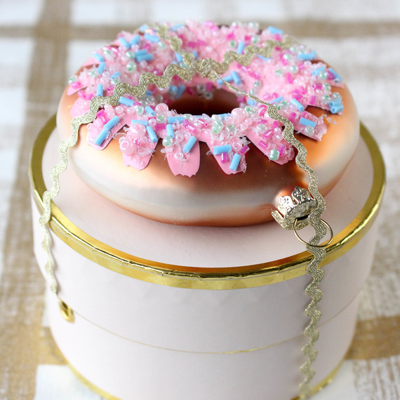 giftwrapping-donuts-1216.jpg (skyword:364505)